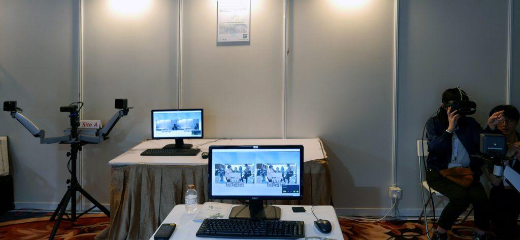 會埸展示了兩組裝置,可以即時互動及收發訊息。